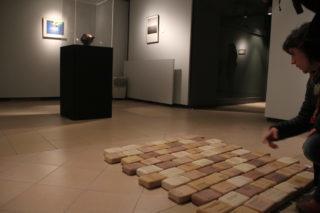 Montse Artés comenta la seva obra, amb les creacions de Joana Casas, Joan Panisello i Albert Carreras al fons // Jordi Julià