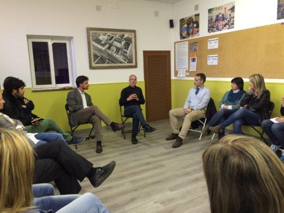 Xavi Paz amb Dani de Torres a la xerrada a l'AAVV de Les Conserves // Elisenda Colell