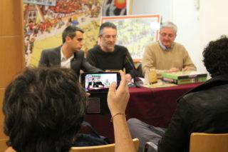 Un dels assistents a la roda de premsa fa una fotografia amb smartphone // Jose Polo