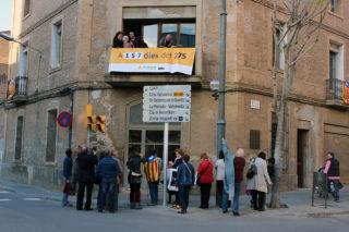 Membres de l'ANC Molins de Rei penjant la pancarta // Jose Polo