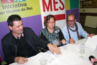 Rafel Bellido (Iniciativa), Mercè Ferrer (Iniciativa) i Manel Monllaó (MES) signant el pacte // Jose Polo