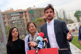 Xavi Paz fent la roda de premsa amb les obres de la Zona Esportiva Ricard Ginebreda de fons // Jose Polo