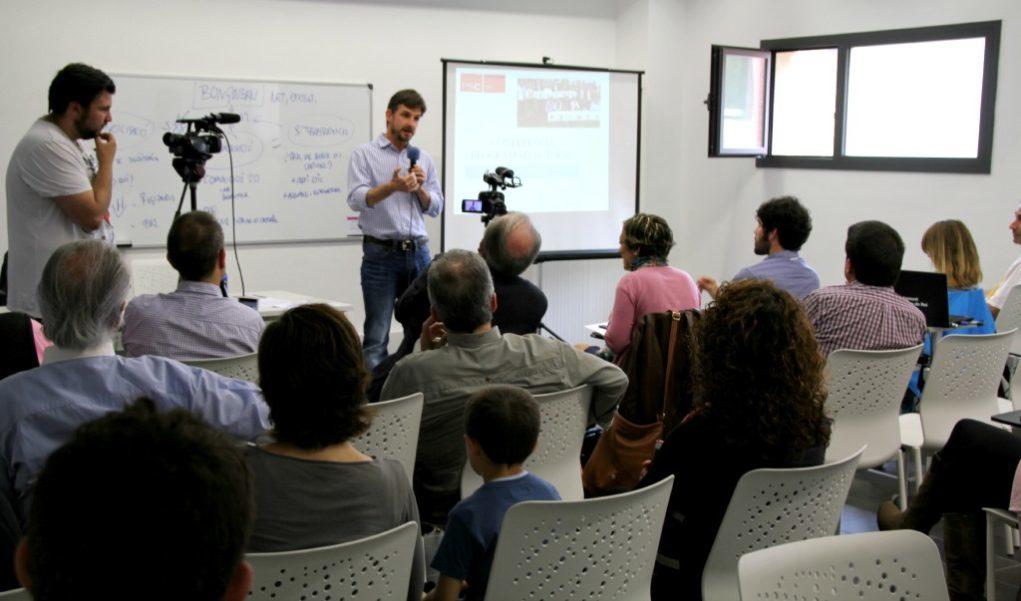 La petita sala de formació de la Federació Obrera ha acollit la conferència del PSC // David Guerrero