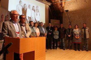 Pere García, acompanyat de Manel Monllaó, a la dreta, i la resta de la llista d'Iniciativa // David Guerrero