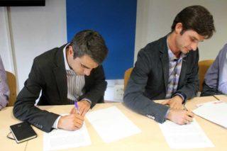 Casals i Paz signant el pacte de govern // David Guerrero