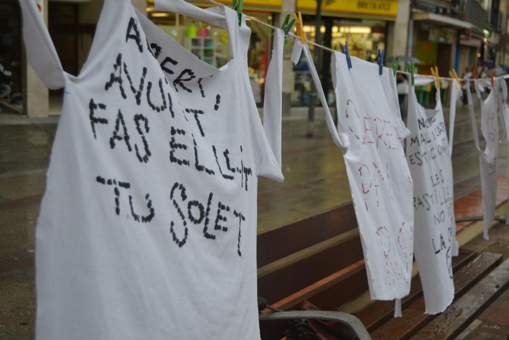 Una vintena de devantals, exhibits com a pancartes // Elisenda Colell