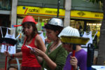 Membres del grup de dones, llegint el manifest // Elisenda Colell