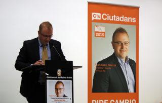 Francisco Garcia, candidat de Ciutadans a Molins de Rei, llegint el seu discurs // Jose Polo