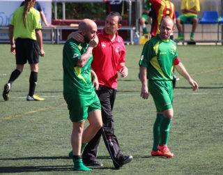 """Un dels jugadors dels """"Pajaritos"""" abandona el Josep Raich víctima d'un cop de calor // Jose Polo"""