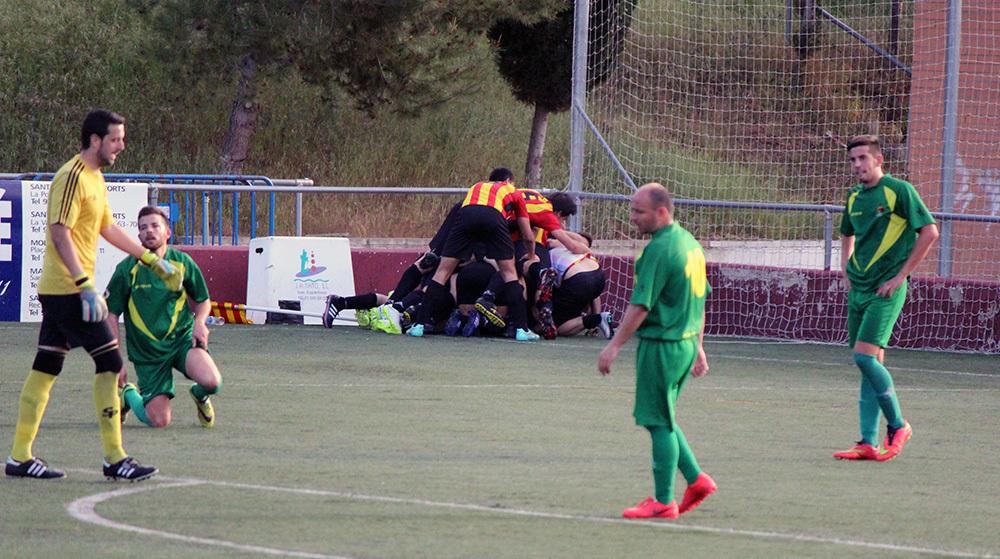 Jugadors del Molins de Rei CF celebren el gol guanyador // Jose Polo