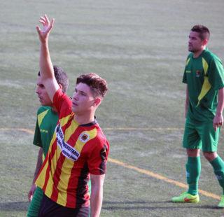 Àlex Agudo, autor de dos gols, demana la pilota rodejat de defenses // Jose Polo