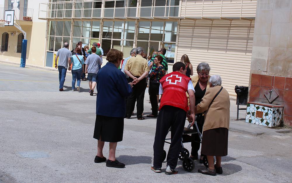 Una persona vota gràcies al servei d'acompanyament de Creu Roja // Jose Polo