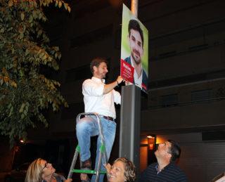 Xavi Paz, del PSC, penjant cartells durant la campanya de les municipals // Jose Polo
