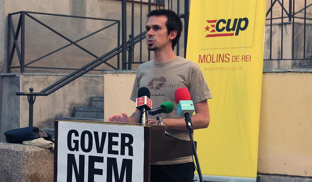 Roger Castillo, candidat de la CUP Molins de Rei, en una roda de presmsa de campanya // Jose Polo