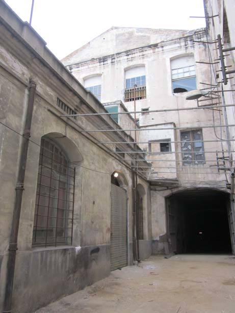 L'edifici de la foneria (esquerra) donava lloc a un passatge interior que ara s'ha perdut // J.M. Nicolàs, J.M. Vila i J. Montblanc