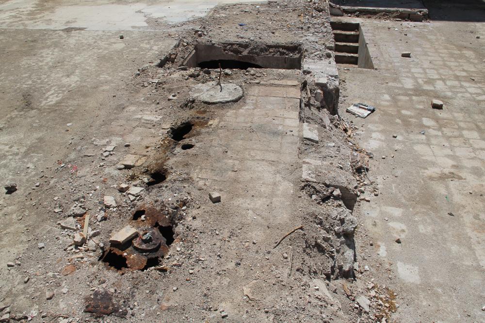 L'accés al soterrani es feia des dels edificis enderrocats, i ara estan al descobert // Jordi Julià