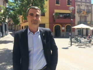 Joan Ramon Casals davant l'Ajuntament que aspira a continuar governant // David Guerrero