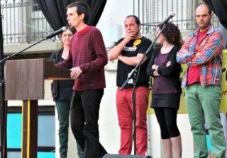 Roger Castillo acompanyat de David Fernández i membres de la llista de la CUP Molins de Rei // David Guerrero