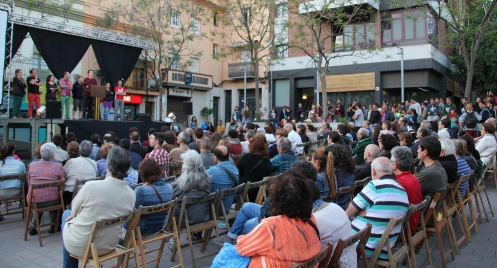 Més de 300 persones han omplert la plaça del Mercat a banda i banda de l'escenari // David Guerrero