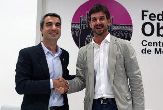 Casals i Paz donant-se la mà després de signar // Jose Polo