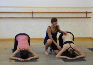La monitora Núria Felip amb dues alumnes a la classe de gimnàstica abdominal hipopressiva // Pas a Pas