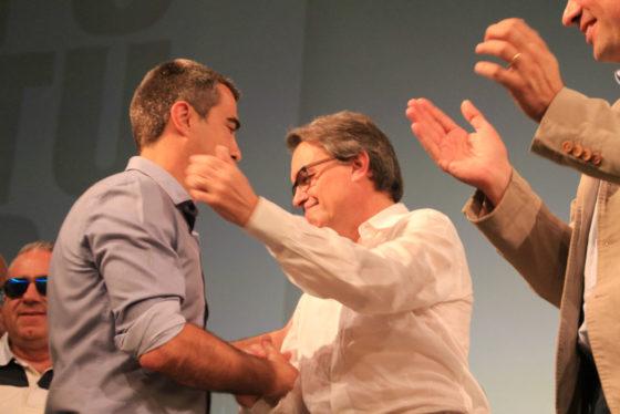 Joan Ramon Casals, saludant a Artur Mas // Elisenda Colell
