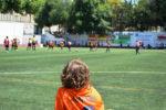 Un infant observa un dels partits del Vila de Molins de Rei // Molins de Rei CF