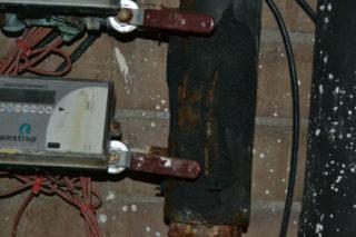 El material aïllant tèrmic que envolta les canonades també pateixen la corrosió// Elisenda Colell