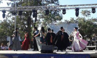 Els membres de l'Esbart, dansant al Prat de Llobregat // Esbart Dansaire de Molins de Rei