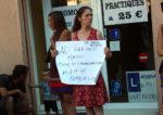 Una de les manifestants amb una pancarta // Jose Polo