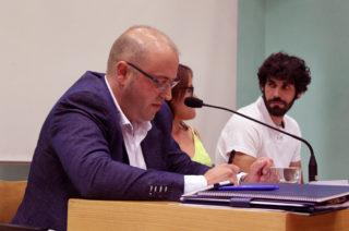 Francisco García, de Ciutadans, llegint la moció // Jose Polo