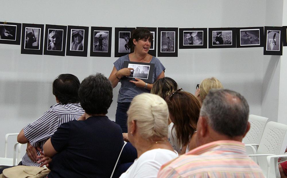 Caraballo explicant el sentit de les seves fotografies // Jose Polo