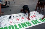 Un dels nens saharauis pinta una pancarta amb la mà // David Guerrero