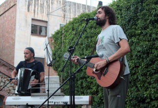 El cantautor del Prat de Llobregat Bitxe ha posat la part musical a la festa solidària del Sàhara // David Guerrero