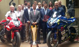 Els equips Català i Folch durant la presentació amb les autoritats // Suzuki Català