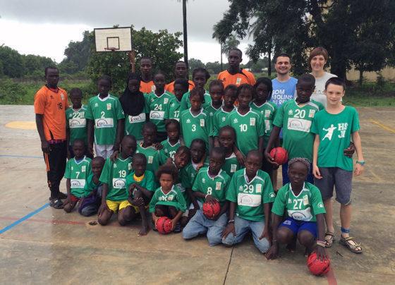 Els nens i nens senegalesos vestits amb la samarreta del CE Molins de Rei