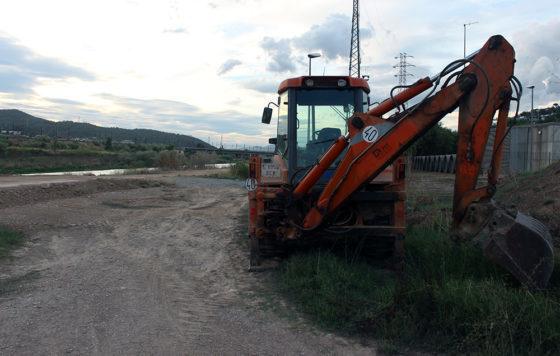 Las màquines ja han començat a treballar en el camí del riu // Jose Polo
