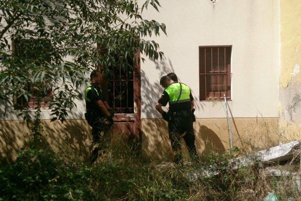 Els agents de la Guàrdia Urbana detenen al presumpte lladre davant l'habitatge on intentava entrar // Viu Molins de Rei