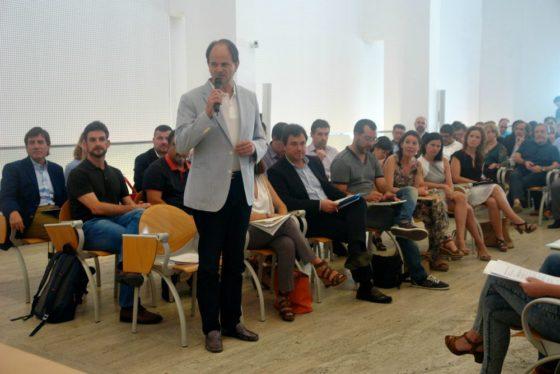 Josep Perpinyà (de peu) i Xavi Paz assegut a la seva esquerra a la constitució del Consell // Consell Comarcal del Baix Llobregat