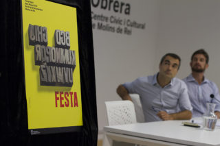 Casals i Paz mirant el cartell de la Festa Major // Ajuntament de Molins de Rei