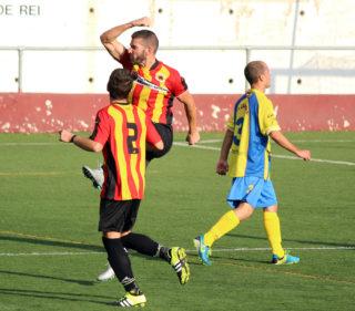 César Martínez celebrant el gol de la victòria del Molins de Rei CF // Jose Polo