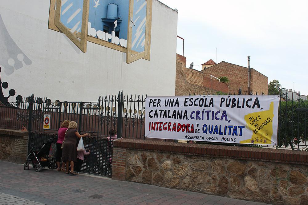 Pancarta de l'Assemblea Groga a l'escola El Palau // Jose Polo