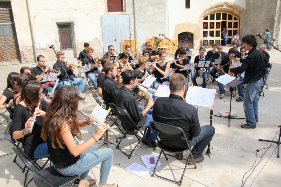 Alumnes i exalumnes s'han reunit per formar una banda de vent // Jordi Julià