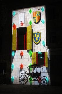 La projecció jugava amb els elements de la façana per explicar la història de l'edifici // Jordi Julià