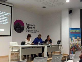 Els activistes acompanyats per la regidora de Cooperació Jessica Revestido // Ajuntament de Molins de Rei