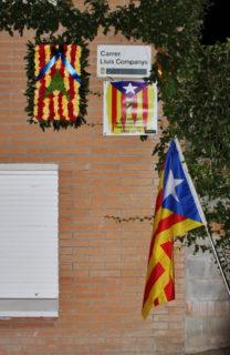 El carrer Lluís Companys amb l'ofrena floral i una estelada // Jordi Romeu