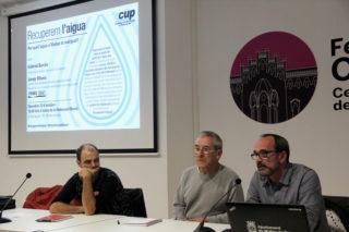 El regidor de la CUP  Josep Raventós, el biòleg Gabriel Borràs i Jep  Ribera, de ProuSal, van participar a la xerrada // Jordi Julià