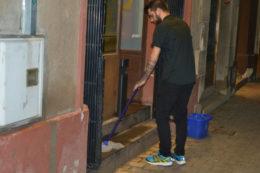 Un cambrer, netejant el fang al Centre Vila // Elisenda Colell