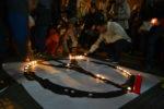 Molts molinencs s'ha aplegat a la plaça per mostrar el seu condol. // Elisenda Colell