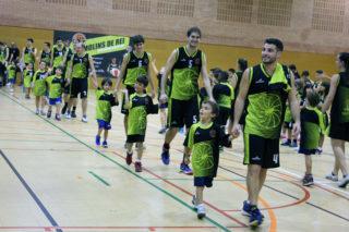 Els jugadores del primer equip acompanyant els més petits // Jose Polo